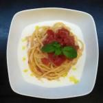 Pasta con pomodorini su crema di burrata